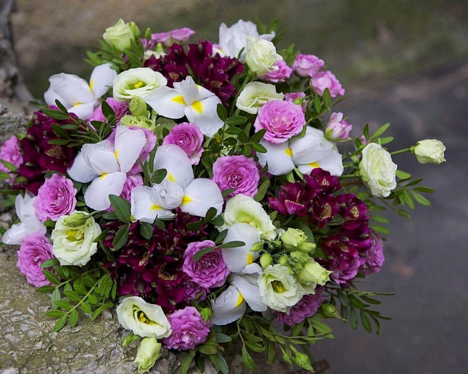 Букет садовой розы и белых ирисов